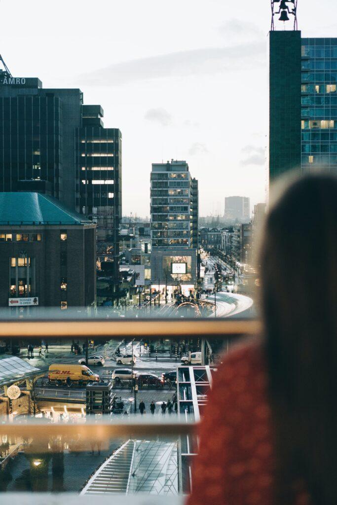 Op de roottop uitkijken vanaf Dakakker en Luchtsingel op Hofplein Rotterdam
